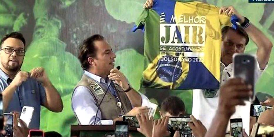 Bolsonaro exibe camisa com mensagem 'É melhor Jair se acostumando. Bolsonaro 2022'