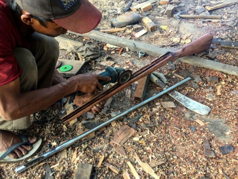 Um membro de uma 'força de defesa' no Mianmar fabrica uma arma artesanal para ser usada contra as forças de segurança no estado de Kayah em Mianmar