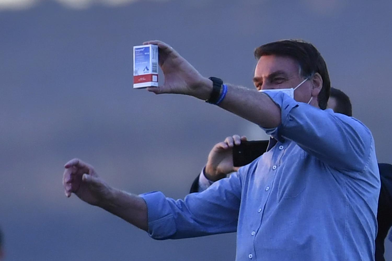 Presidente Jair Bolsonaro exibindo uma caixa do medicamento Cloroquina a apoiadores
