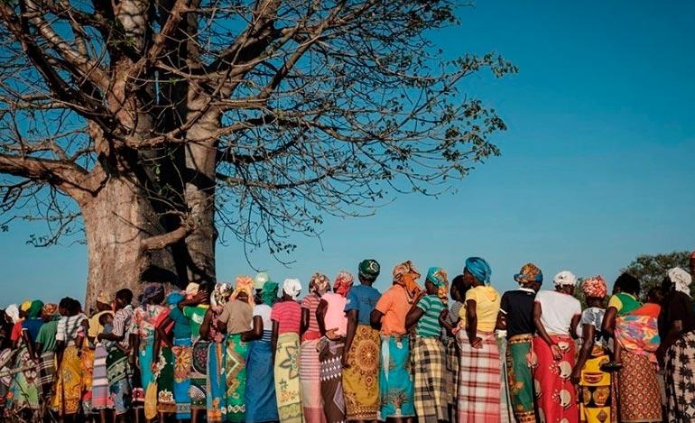 Mulheres fazem fila para conseguir água na África: conflitos e deslocamentos