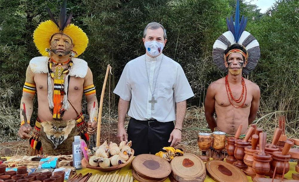 Dom Vicente com indígenas Pataxó: bispo tem criticado governo federal