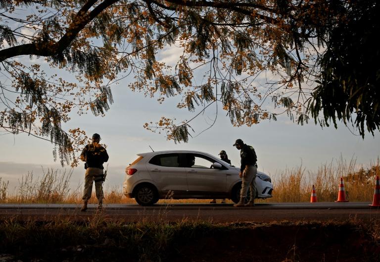 Policiais verificam carro durante operação de captura de Lázaro Barbosa