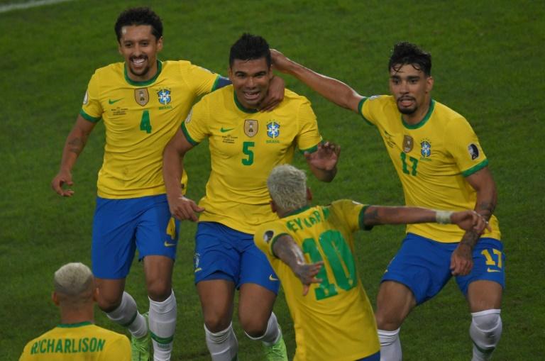 Casemiro (c) comemora com seus companheiros após marcar o gol da vitória contra a Colômbia no Estádio Nilton Santos, no Rio de Janeiro, em 23 de junho de 2021