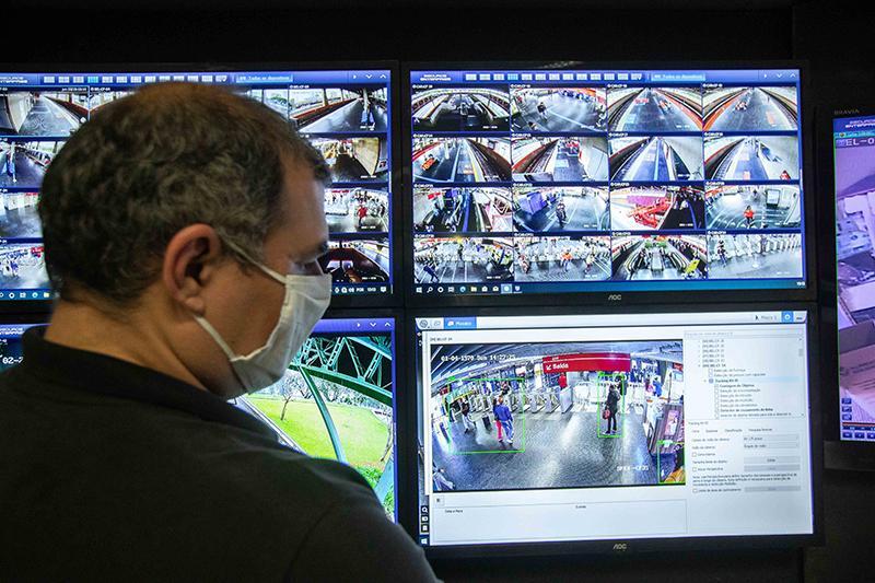 Funcionários trabalham na Sala de monitoramento e controle do Centro Operacional do Metrô de São Paulo (CCO), na zona sul da capital paulista