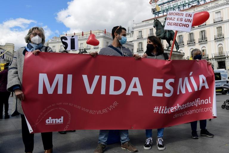 Grupo de manifestantes mostra seu apoio à Lei de Eutanásia em Madri, Espanha, em março de 2021