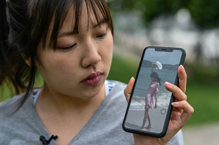 Militante chinesa antianorexia Zhang Qinwen mostra uma foto sua de três anos atrás, quando ainda sofria de transtornos alimentares, em 18 de maio de 2021, em Xangai