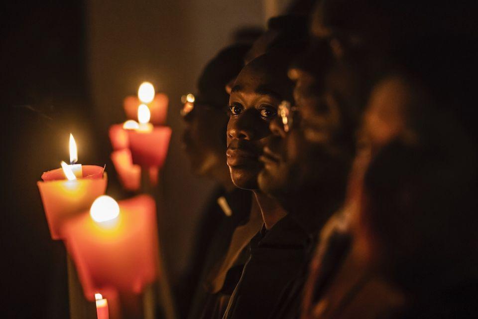 Religiosos seguram velas na missa com papa Francisco celebra pelo Dia Mundial da Vida Consagrada na Basílica de São Pedro no Vaticano em 1º de fevereiro de 2020