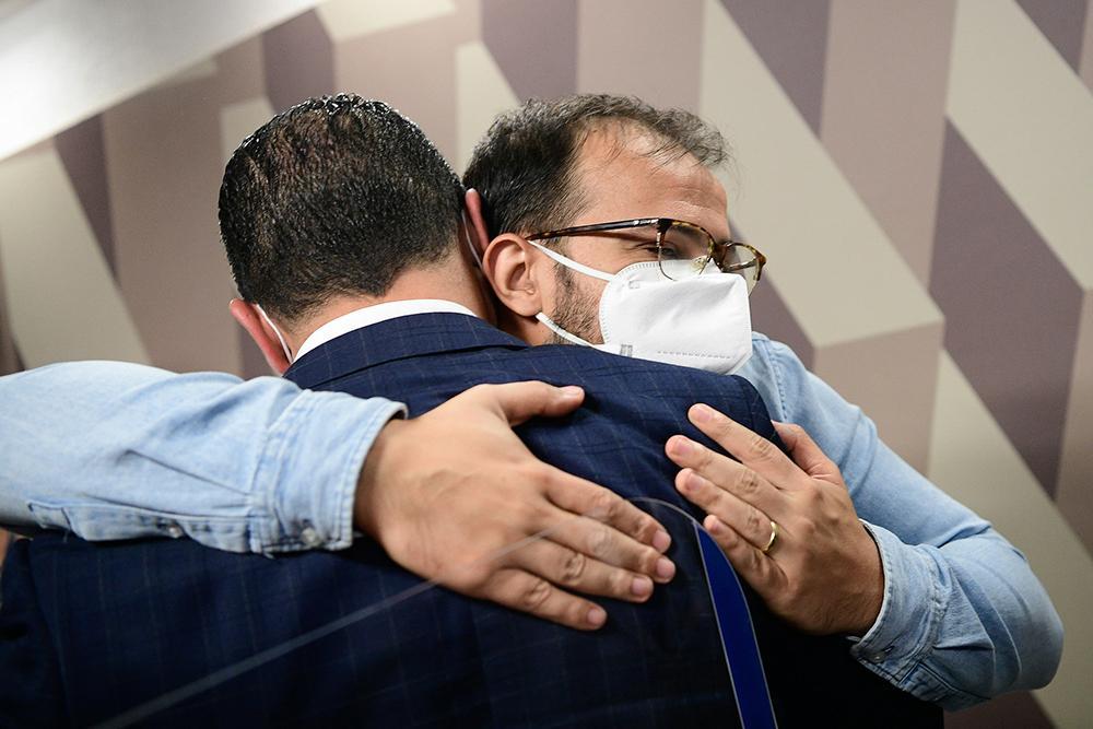 Deputado Luis Miranda cumprimenta o irmão, chefe de importação do Departamento de Logística do Ministério da Saúde