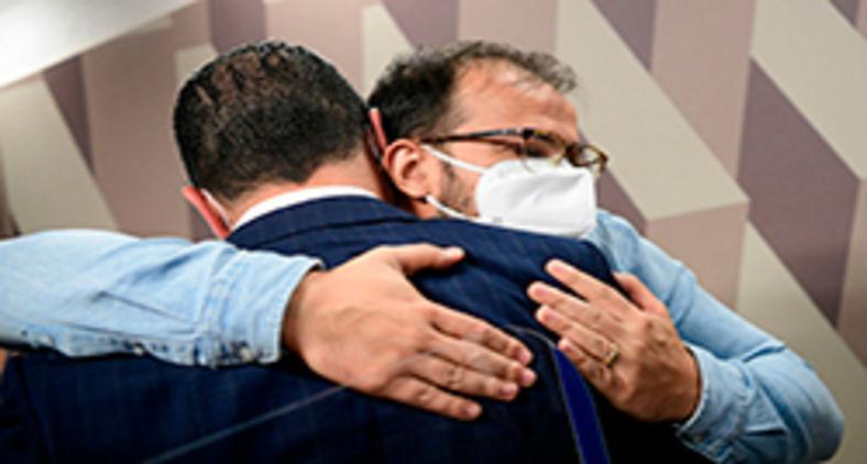 Deputado Luis Miranda cumprimenta o irmão, chefe de importação do Departamento de Logística do Ministério da Saúde (Pedro França/Agência Senado)