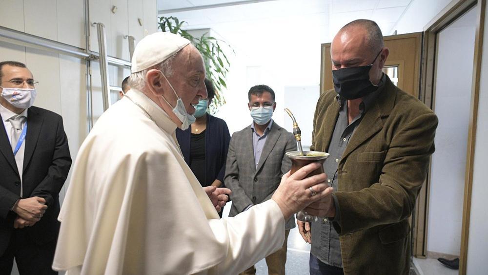 Papa toma chimarrão com Jackson Erpen, da redação brasileira do Vatican News