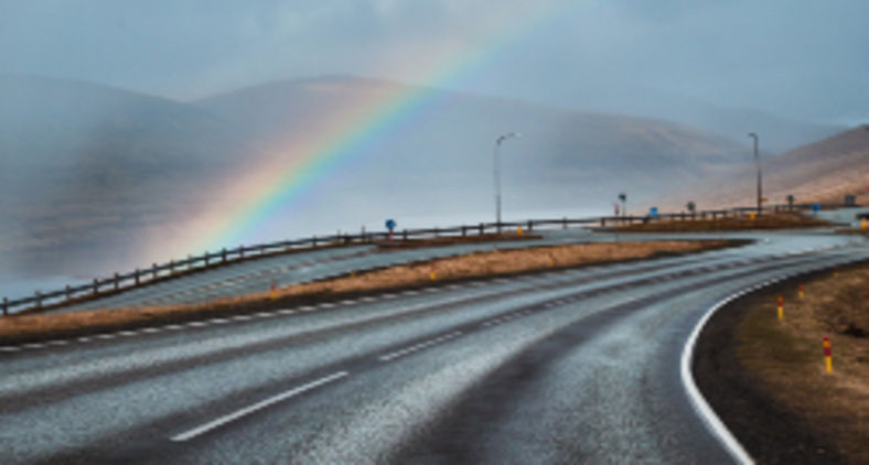 Em outras palavras, o arco-íris pode ser visto como sinal de esperança de que o mal não dura para sempre, e mesmo em meio a grandes tempestades ainda é possível vislumbrar raios de luz que geram alegria (Conor Sheridan / Unsplash)
