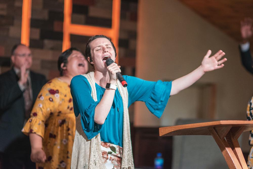 O redescobrimento do Espírito alcançou, principalmente, o meio popular através dos movimentos pentecostais