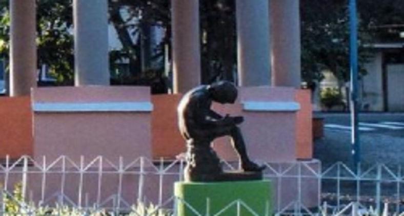 Praça da Estação, em Franca (SP) com o coreto e a pequena escultura do Spinaro: um menino sentado, com o pé em cima do joelho da outra perna, retirando espinhos da sola do pé. Imagem em bronze copiada de obra da Roma Antiga (Márcio Maniglia Machado)