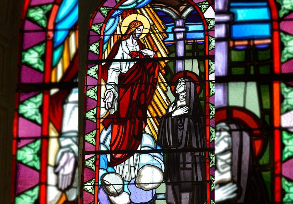 Aparição do Sagrado Coração de Jesus à Margarida Maria Alacoque retratado em vitral