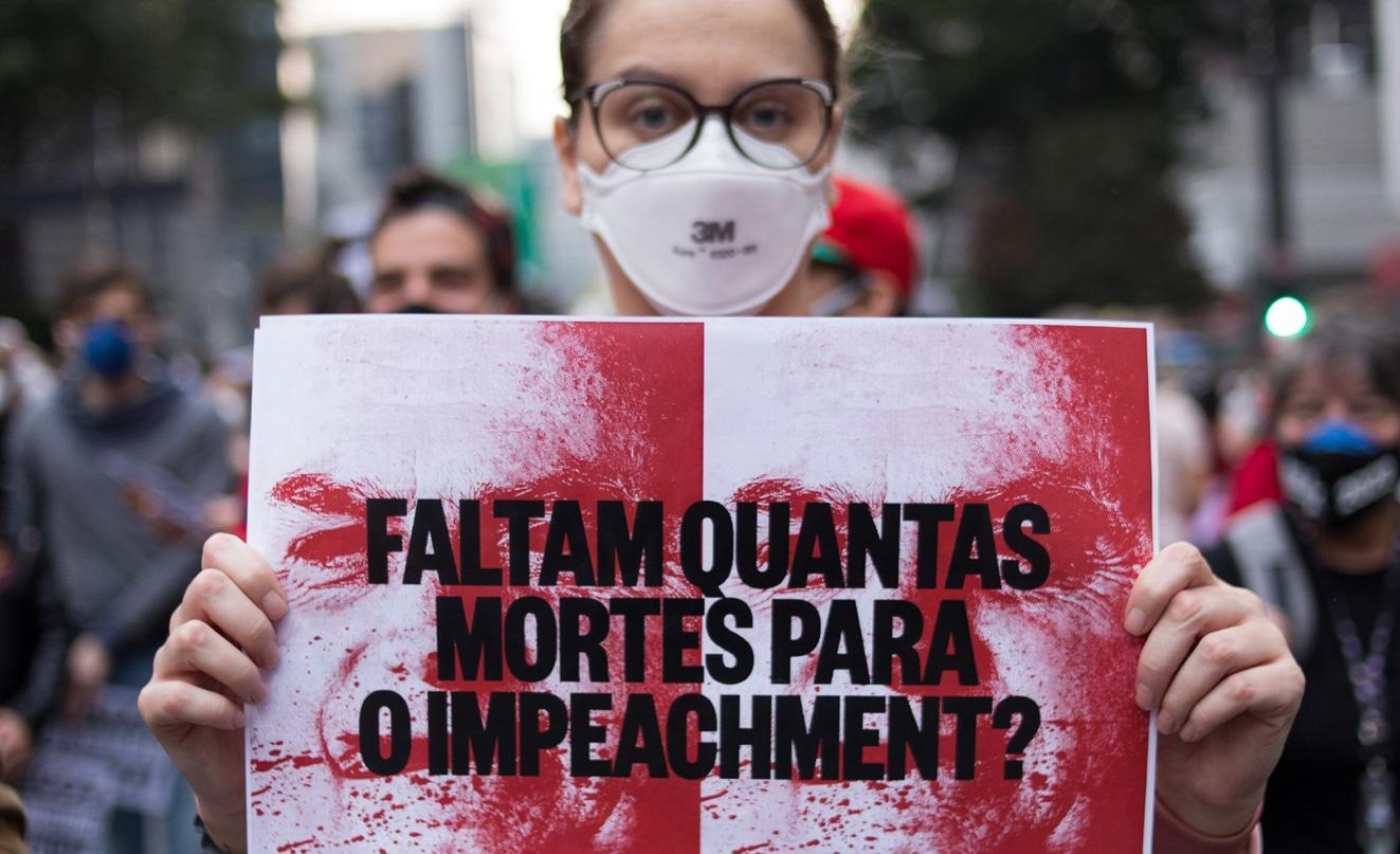 Manifestantes em protesto ao governo Bolsonaro, em São Paulo