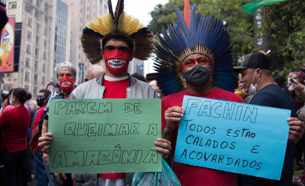 Manifestantes em protesto ao governo Bolsonaro