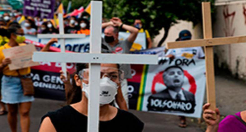 Ato em 'memória' - protesto pelas 500mil vítimas do Covid e pelo impeachment de Bolsonaro nas ruas de Manaus no dia 19 (Juliana Pesqueira)