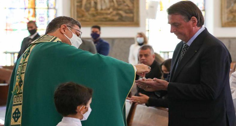 Presidente Jair Bolsonaro em missa na Paróquia Nossa Senhora da Saúde, em Brasília (Marcos Corrêa/PR)