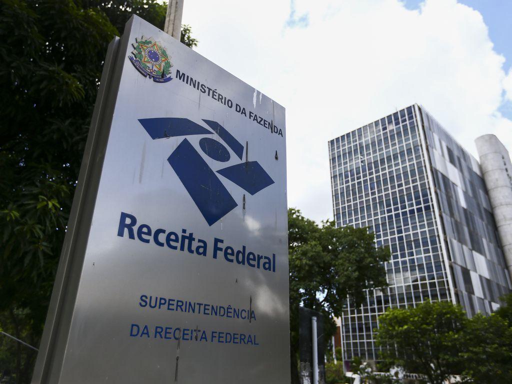 No Brasil, Receita Federal é mais dura com quem os Brasil