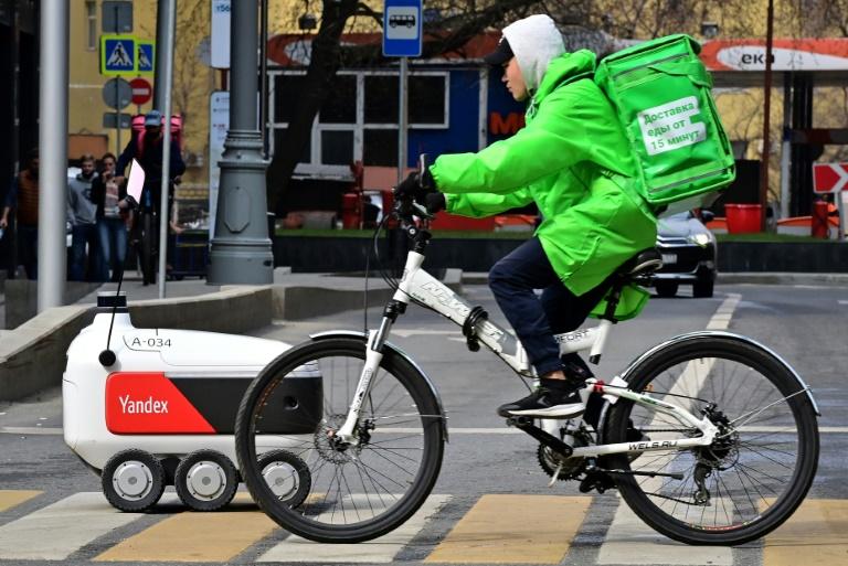 Robô de entrega da Yandex cruza uma rua no centro de Moscou