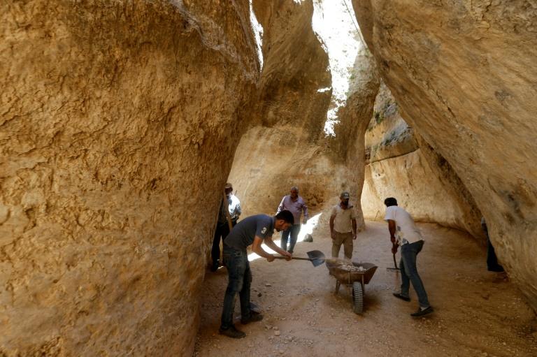 Voluntários limpam rocha em Maaloula, Síria