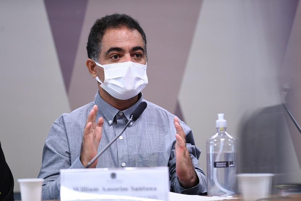 Em pronunciametno, à mesa, servidor e técnico da divisão de importação do Ministério da Saúde, William Amorim Santana.
