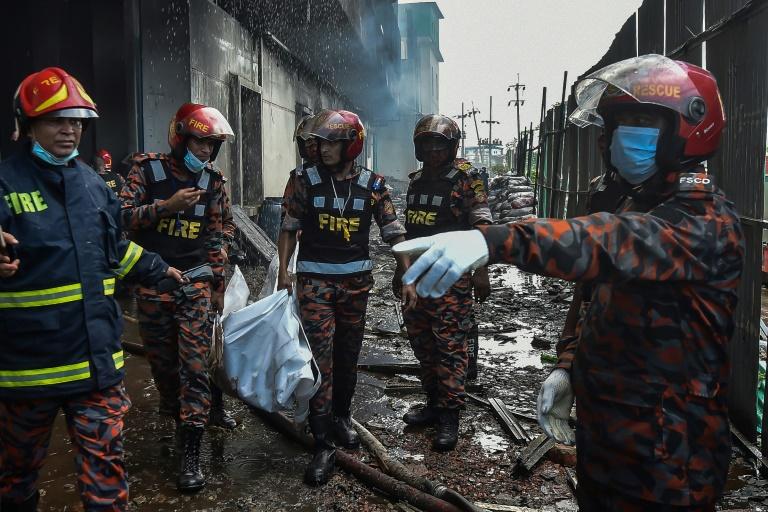 Bombeiros retiram vítima fatal do incêndio em fábrica de alimentos e bebidas em Bangladesh, em 9 jul. 2021, em Rupganj, perto da capital, Daca