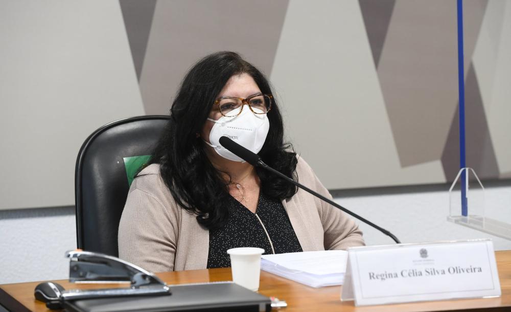 A servidora e fiscal de contratos do Ministério da Saúde, Regina Célia Silva Oliveira durante seu depoimento na CPI da Covid