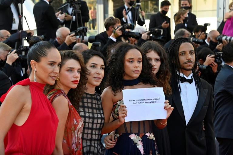 A diretora Anita Rocha da Silveira posa com o elenco - Bruna Linzmeyer, Mariana Oliveira, Lara Tremouroux e Felipe Frazao - em Cannes