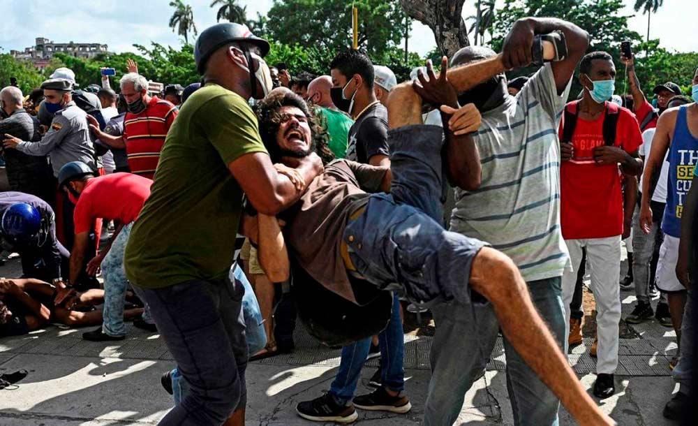 Manifestante é preso por agentes de segurança durante protesto em San António de los Baños