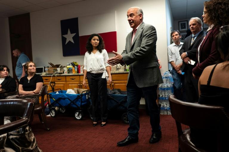 O deputado democrata do Texas Chris Turner é visto aqui em 10 de julho falando para um grupo de pessoas esperando para testemunhar contra os esforços renovados dos republicanos do Texas para aprovar restrições de votação