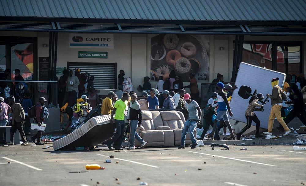 Dezenas de pessoas saqueiam loja de departamento em Soweto, bairro de Johanesburgo