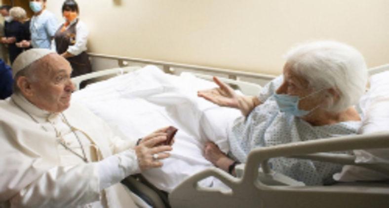 Papa cumprimenta pacientes do Hospital Gemelli durante seu período de internação no local (AFP/Vatican Media)