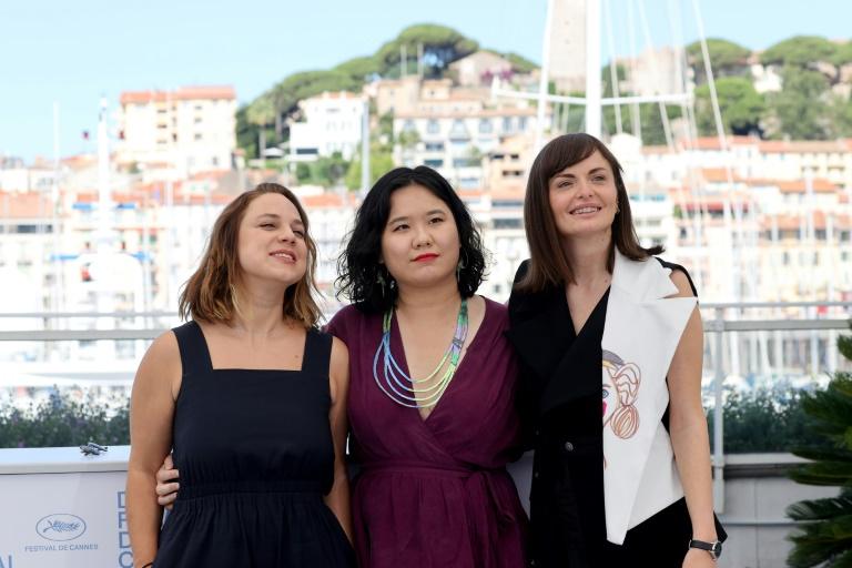 A brasileira Jasmin Tenucci (e) posa com colegas diretoras para sessão de fotos no Festival de Cannes