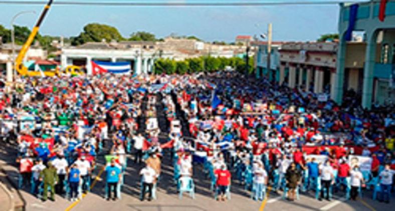 Mais de 100 mil pessoas se reuniram neste sábado em La Piragua, no quebra-mar de Havana, em defesa da Revolução e do socialismo. Eventos semelhantes aconteceram em outras províncias do país (Cubadebate)