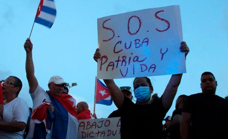 Movimento SOS Cuba Patria o Vida protesta contra o governo, em Miami