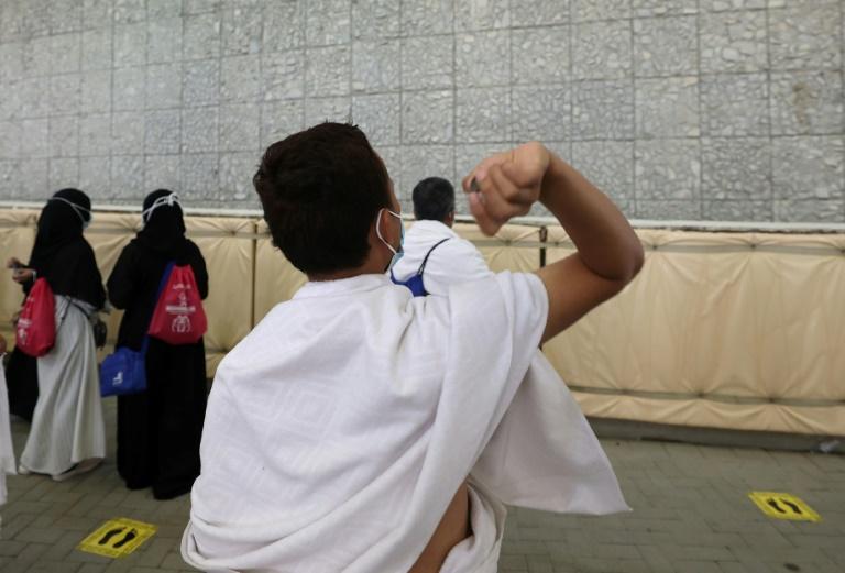 Fiéis participam do ritual de apedrejamento de satã durante a peregrinação a Meca