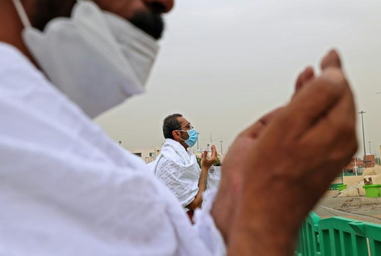 Peregrinos muçulmanos rezam no monte Arafat da Arábia Saudita durante peregrinação a Meca