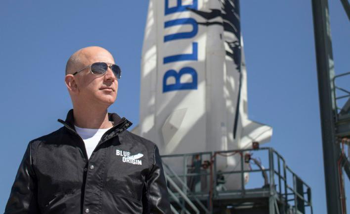 Bezos na base no Texas, de onde o foguete espacial sai para fazer história