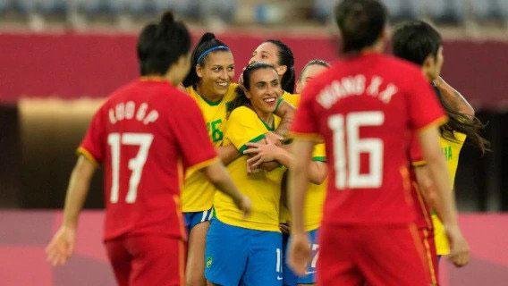 Marta faz história e comanda goleada do Brasil sobre a China