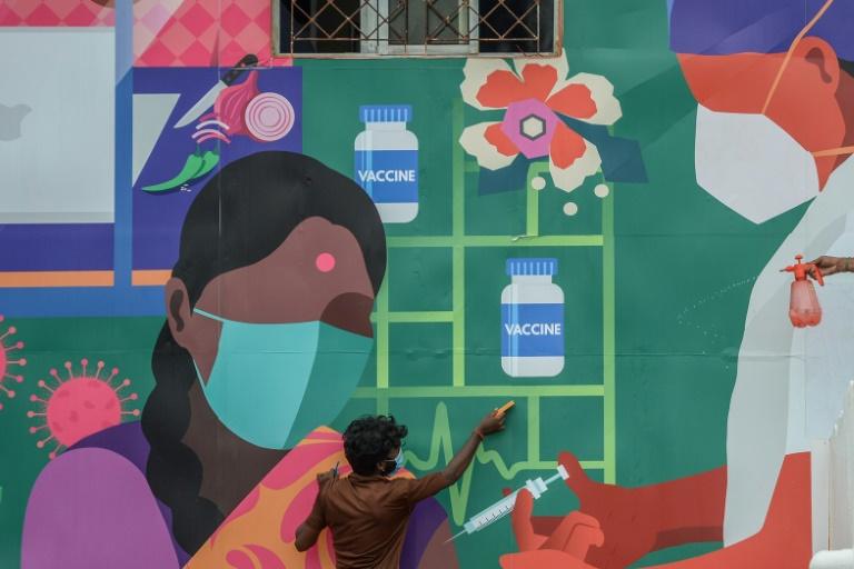 Mural para promover campanha de vacinação contra covid-19 recebe os retoques finais, em uma estação de trens de Chennai, na Índia, em 4 de julho de 2021