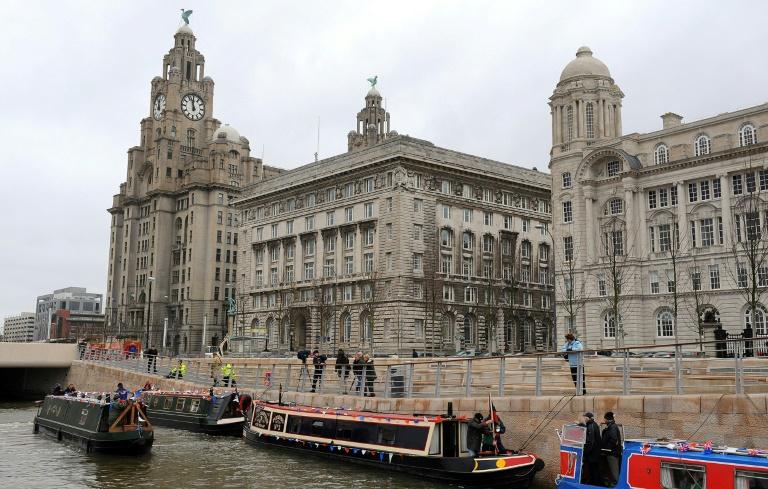 (Arquivo) Barcos ancorados no canal às margens dos prédios históricos de Liver, Cunard e  Porto de Liverpool, em 25 mar. 2009