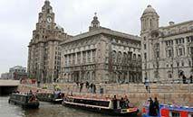 (Arquivo) Barcos ancorados no canal às margens dos prédios históricos de Liver, Cunard e  Porto de Liverpool, em 25 mar. 2009 (Paul ELLIS/AFP)