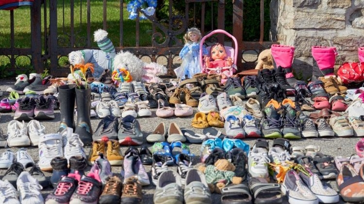 Em em Kahnawake, sapatinhos de crianças expostos em protesto contra valas comuns contendo crianças indígenas