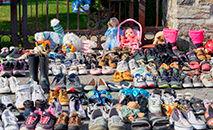 Em em Kahnawake, sapatinhos de crianças expostos em protesto contra valas comuns contendo crianças indígenas (Ansa)