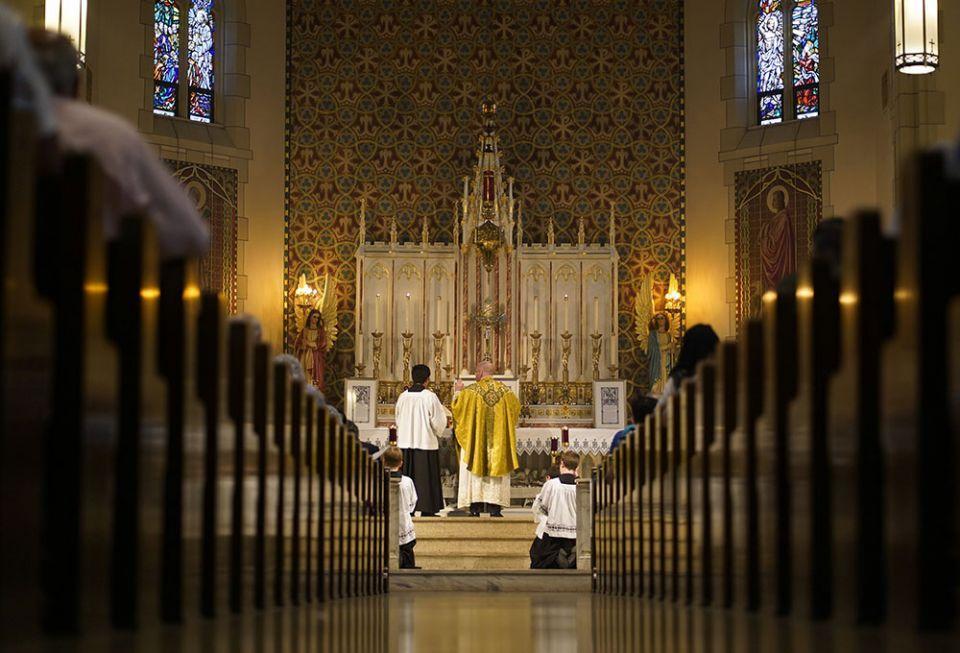 Pe. Stephen Saffron, administrador paroquial, reza durante uma tradicional missa em latim em 18 de julho na Igreja de St. Josaphat, no bairro de Queens, na cidade de Nova York