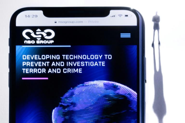 Ilustração de um smartphone com o site do grupo NSO, que apresenta o spyware Pegasus