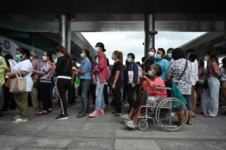 Dezenas de pessoas fazem fila em frente a um centro de vacinação contra coronavírus, na estação ferroviária de Bang Sue, em 22 jul. 2021, em Bangcoc, capital tailandesa