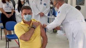 Negacionista, Flávio Bolsonaro foi vacinado nesta quinta-feira (Reprodução)