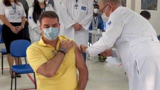 Negacionista, Flávio Bolsonaro foi vacinado nesta quinta-feira
